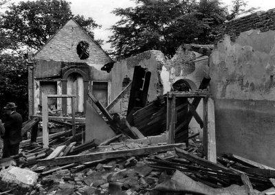 Ruine huis Valkenstijn 1965, man staat aan achterkant , punt huis westgevel